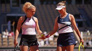 Katerina Siniakova et Barbora Krejcikova titrées en finale dames à Roland-Garros, le 13 juin 2021. (CEDRIC LECOCQ-FFT)