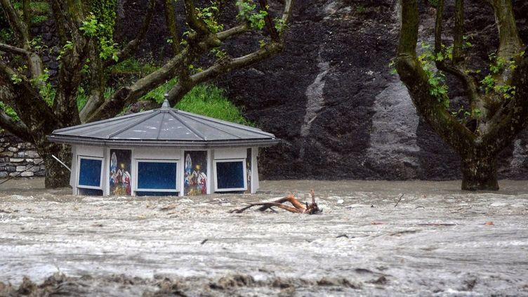 Un kiosque est sous les eaux à Lourdes (Hautes-Pyrénées), le 19 juin 2013. (PASCAL PAVANI / AFP)