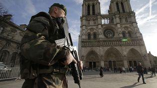 Un militaire patrouille devant la cathédrale Notre-Dame de Paris, le 24 décembre 2015. (PHILIPPE WOJAZER / REUTERS)