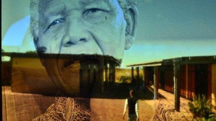 L'ancien président Nelson Mandela apparaît sur une vitre du musée qui lui est consacré à Qunu, en Afrique du Sud, le 5 Avril 2013. ( AFP PHOTO / Carl de Souza)