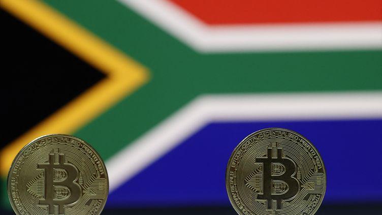 Pièces de bitcoin sur fond de drapeau sud-africain. Photo d'illustration, le 18 mai 2021. (MUSTAFA CIFTCI / ANADOLU AGENCY)