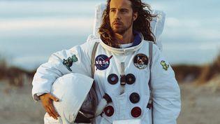 """Julien Doré en tenue d'astronaute dans le clip de """"Nous"""" (2020). (GOLEDZINOWSKI)"""