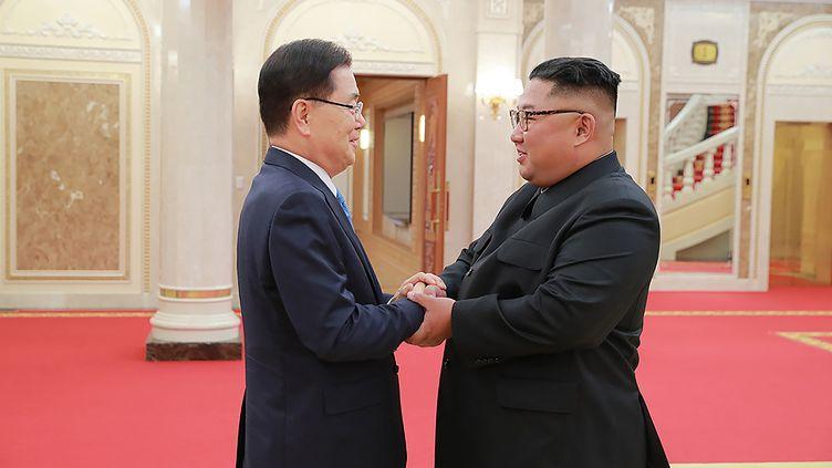 Un émissaire de la Corée du Sud, Chung Eui-yong serre la main du leader nord-coréen Kim Jong-un à Pyongyang, le 5 septembre 2018. (THE BLUE HOUSE / AFP)