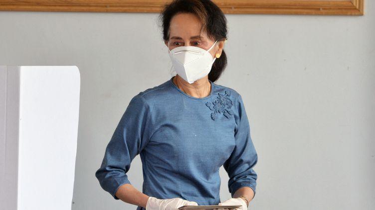 Aung San Suu Kyi participe aux élections nationales birmanes à Naypyidaw, le 29 octobre 2020. (THET AUNG / AFP)