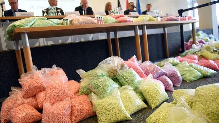 Des sachets d'ectasy et de MDMA, le 20 décembre 2016 à Cologne (Allemagne) lors d'une saisie. (HENNING KAISER / DPA / AFP)