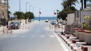Une rue vidée par les mesures de restrictions sanitaires à Sousse (Tunisie), le 5 juillet 2021. (MAHER JAIDANE / ANADOLU AGENCY / AFP)