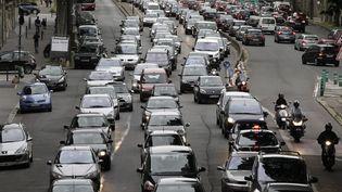 Des voitures dans les embouteillages, à Paris. (MAXPPP)