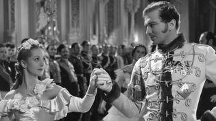 """Danielle Darrieux et John Loder dans """"Katia"""" (1938) de Maurice Tourneur.  (COLLECTION CHRISTOPHEL)"""
