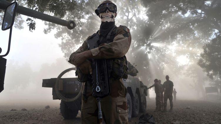 Un légionnaire français à côté d'un véhicule blindé dans une rue de Niono (Mali), le 20 janvier 2013. Son masque en forme de tête de mort a provoqué une vive polémique. Le soldat a depuis quitté l'armée. (ISSOUF SANOGO / AFP)