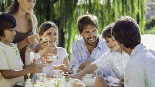 Adopter l'enfant de son conjoint : une possibilité réservées aux couples mariés.Photo d'illustration. (SIGRID OLSSON / MAXPPP)