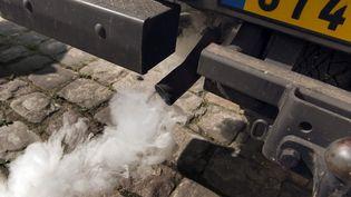 Un pot d'échappement d'une voiture à Paris, pris en photo le 14 mars 2014. (LIONEL BONAVENTURE / AFP)