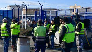 """Des """"gilets jaunes"""" se rassemblent pour bloquer une route près du dépôt pétrolier de Fondeyre, à Toulouse, le 21 novembre 2018. (PASCAL PAVANI / AFP)"""