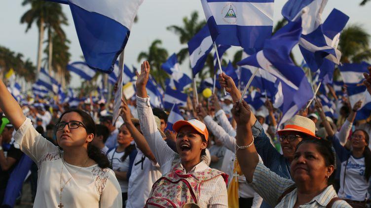 """Des manifestants défilent pour """"la paix et la justice"""" à Managua, le 28 avril 2018. (JOSE CABEZAS / REUTERS)"""