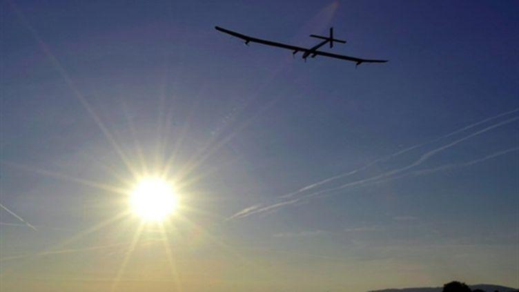 L'avion Solar Impulse a décollé de la base suisse de Payerne avec Andre Borschberg à son bord, le 7 juillet 2010. (AFP PHOTO / POOL/ DOMINIC FAVRE)