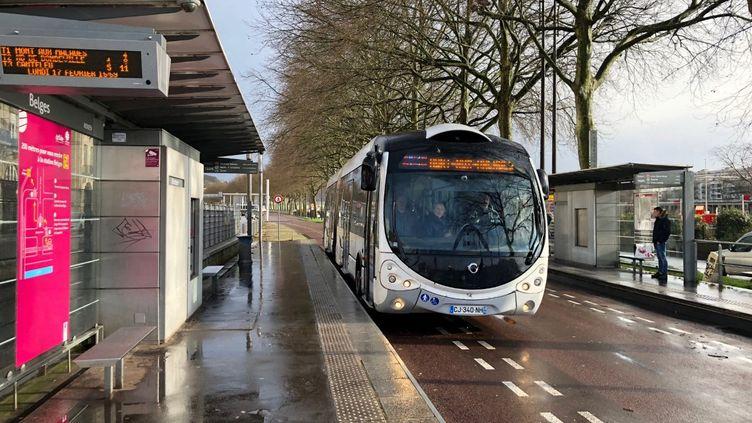 Un bus dessert la station Belges, à Rouen, le 17 février 2020. (MACIPSA AIT / MAXPPP)