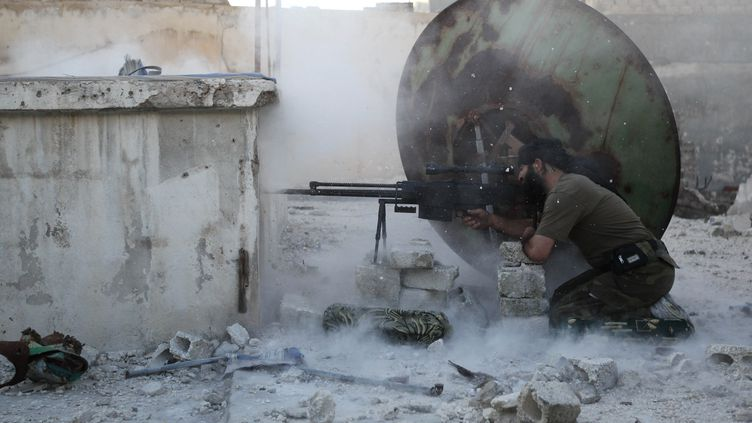 Un combattant rebelle tire dans les rues d'Alep, en Syrie, lundi 3 juin 2013. (MUZAFFAR SALMAN / REUTERS)