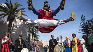 Un groupe traditionnel gnaoua se produit dans la ville d'Essaouira le 14 décembre 2019, pour célébrer l'entrée de leur musique sur la liste du patrimoine culturel immatériel de l'humanité de l'Unesco. (FADEL SENNA / AFP)