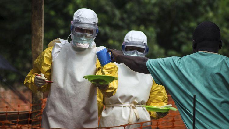 Une unité de Médecins sans frontières apporte de la nourriture à des patients malades du virus Ebola àKailahun (Sierra Leone). ( REUTERS   )
