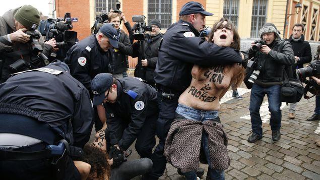 (Trois Femen se sont jetées sur la voiture qui conduisait DSK au tribunal © REUTERS/Pascal Rossignol)