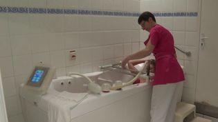 """De nombreuses personnes souffrant de stress optent pour des cures thermales, comme """"L'école thermale du stress"""" de Saujon, en Charente-Maritime. (France 3)"""