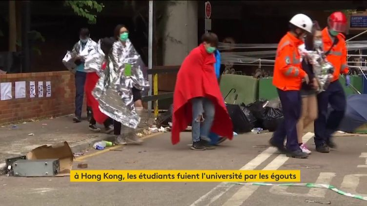 Des étudiants de Hong Kong se rendent à la police. (FRANCEINFO)