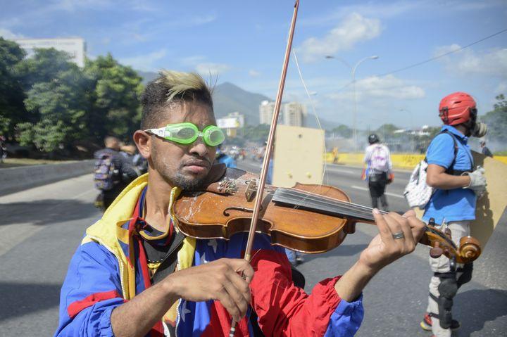 Plutôt que de lancer des cocktail Molotov,Wuilly Arteaga a pris son violon le 8 mai à Caracas (Venezuela). (FEDERICO PARRA / AFP)