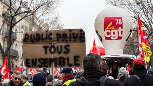Des manifestants protestent contre le projet de réforme des retraites, le 5 décembre 2019, à Paris. (EMERIC FOHLEN / NURPHOTO / AFP)