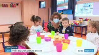 Seize écoles maternelles de l'Aisne ont adhéré au dispositif du petit-déjeuner offert aux élèves de maternelle à la rentrée 2021. C'est désormais la première activité de la journée pour les enfants de l'école de Laon. (FRANCE 3)