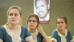 Des élèves d'une école privée de la ville du Cap suivent un cours d'histoire sous le portrait de Steve Biko, activiste anti-apartheid, mort en détention en 1977. (RODGER BOSCH / AFP)
