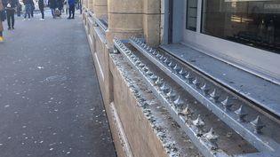 Des pics installés au bord d'un immeuble empêchent quiconque de s'installer. (EDOUARD MARGUIER / RADIOFRANCE)