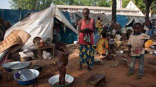 Le 9 novembre, 2013 - Femmes et enfants réfugiés dans un camp de déplacés près de Bossangoa, à 380 km au nord de Bangui. (MATTHIEU ALEXANDRE / AFP)