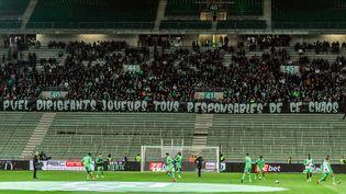 Le coup d'envoi de la rencontre entre Saint-Etienne et Angers comptant pour la 11e journée de Ligue 1 a été reportée en raison de la projection de fumigènes de la part de supporters des Verts, le vendredi 22 octobre 2021. (PHILIPPE DESMAZES / AFP)
