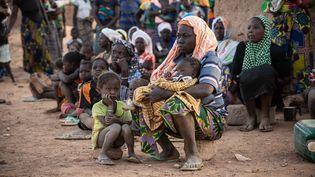 Des femmes et des enfants déplacés à Kaya, au nord du Burkina Faso, en février 2020. (OLYMPIA DE MAISMONT / AFP)