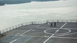 """Le pont de décollage du navire """"Dixmude"""", le 1er juin 2018 au large d'Hô-Chi-Minh-Ville (Vietnam). (KAO NGUYEN / AFP)"""