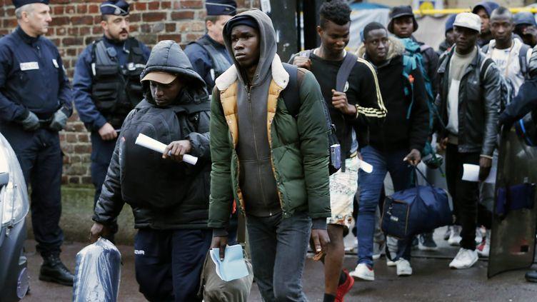 Une centaine de migrantsest évacuée d'un camp installé surla friche de l'ancienne gare Saint-Sauveur, dans le centre de Lille (Nord), le 24 octobre 2017. (MAXPPP)