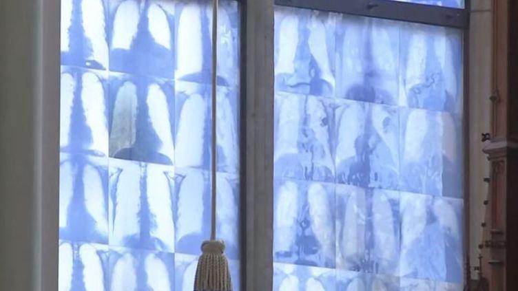 Les vitraux sont remplacés par des radios dans l'église de la Sainte-Croix de Giesing à Munich (Allemagne). L'oeuvre de l'artiste Christophe Brech. (CAPTURE D'ÉCRAN YOUTUBE)