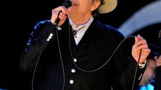 Bob Dylan sur scène au Hop Farm festival (Grande-Bretagne) le 30 juin 2012. (GUS STEWART / REDFERNS / GETTY)