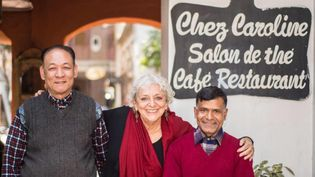 """Caroline Sengupta dans son restaurant de Katmandou, avec son chef et son chef de rang: """"""""Je n'ai plus de réserve! Presque huit mois à perdre de l'argent"""" (Sengupta)"""