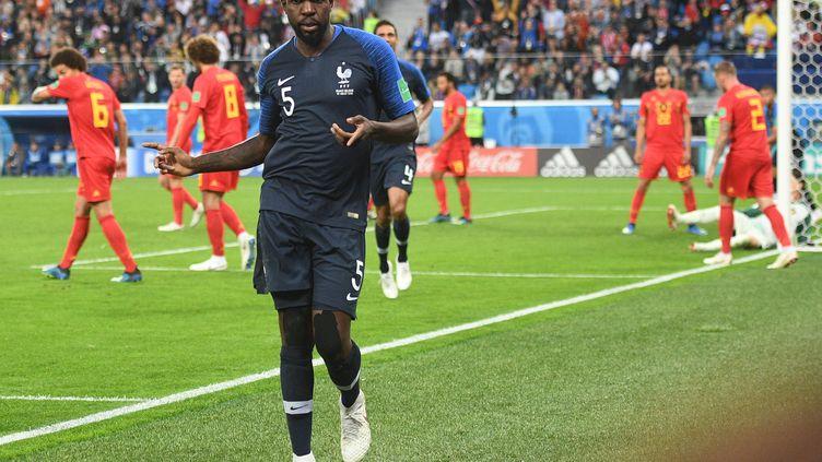Samuel Umtiti célébrant son but face à la Belgique, le 10 juillet 2018. (VLADIMIR ASTAPKOVICH / SPUTNIK / AFP)
