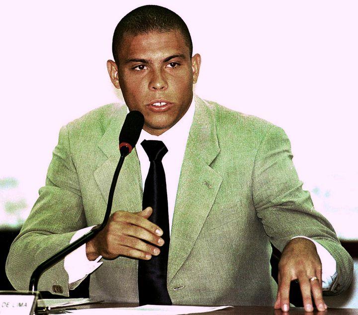 Ronaldo lors de son passage devant la commission d'enquête parlementaire brésilienne, après la défaite lors du Mondial 1998. (EVARISTO SA / AFP)