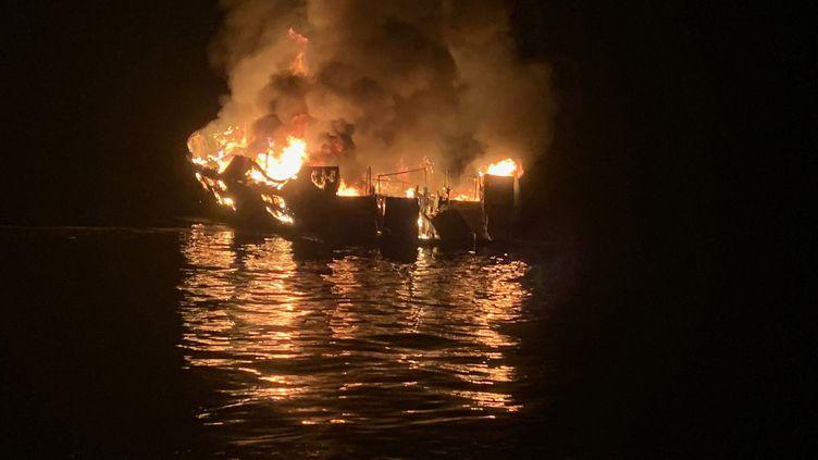 Ce bateau de plongée de 22 mètres de long a pris feu près de l'île de Santa Cruz, au large de Los Angeles, le 2 septembre 2019. (MIKE ELIASON / SANTA BARBARA COUNTY FIRE DEPART / AFP)