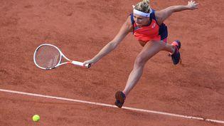 La Suissesse Timea Bacsinszkyjoue contre la FrançaiseKristina Mladenovicenquart de finale du tournoi de Roland-Garros, le 6 juin 2017 à Paris. (ALEXEY FILIPPOV / SPUTNIK)