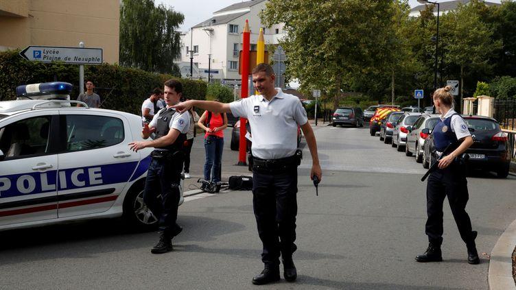 Des policiers après une attaque au couteau perpétrée à Trappes (Yvelines), le 23 août 2018. (PHILIPPE WOJAZER / X00303)