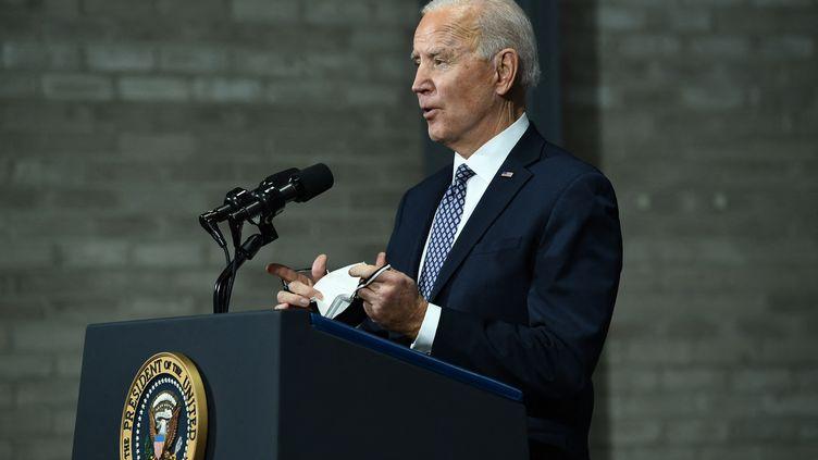 Le président des Etats-Unis, Joe Biden, s'exprime depuis l'usine Pfizer deKalamazoo (Michigan), le 19 février 2021. (BRENDAN SMIALOWSKI / AFP)
