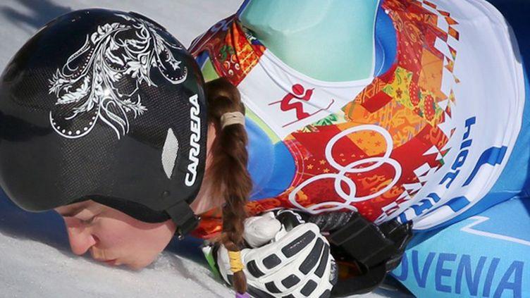 Tina Maze embrassant la neige de Sotchi après son titre en Super-G (FREDRIK VON ERICHSEN / DPA)