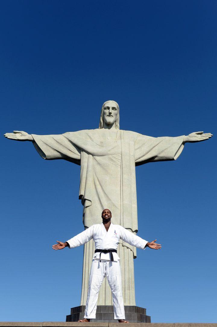 Teddy Riner au pied du Christ Rédempteur de Rio en 2013, après les Mondiaux
