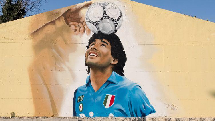 Une fresque en hommage à Diego Maradona à Caserta, au sud de l'Italie, le 4 mars 2021. (ELIANO IMPERATO / CONTROLUCE VIA AFP)