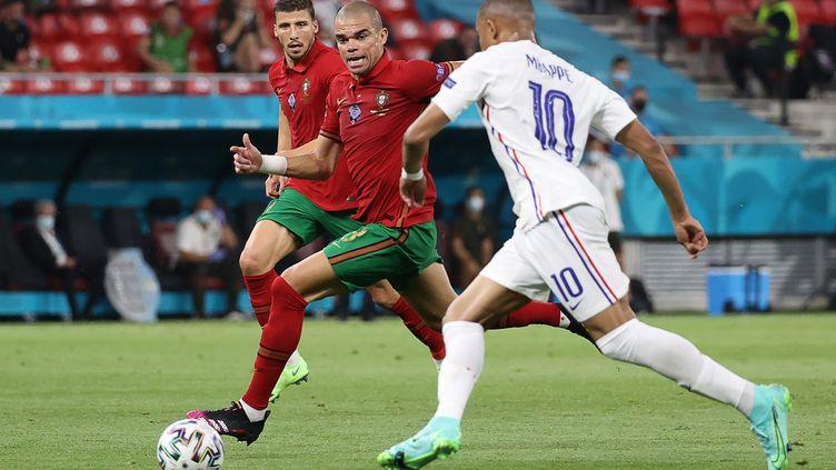 Le défenseur portugais Pepe face à l'attaquant de l'équipe de France Kylian Mbappé, lors du match France-Portugal le 23 juin 2021 à l'Euro. (BERNADETT SZABO / POOL / AFP)