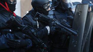 Des policiers de la birgade anti-criminalité, le 10 décembre 2019, à Paris. (ZAKARIA ABDELKAFI / AFP)