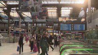 La SNCF poursuit sur les rails du low-cost pour capter de nouveaux publics. Après les trains Ouigo, ce sont des Intercités à bas-coût sur les lignes Paris-Lyon et Paris-Nantes qui seront mis en place. (FRANCE 3)